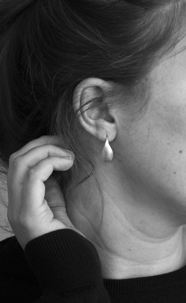 Silberne Ohrringe zum Thema Von der Fläche zur Form